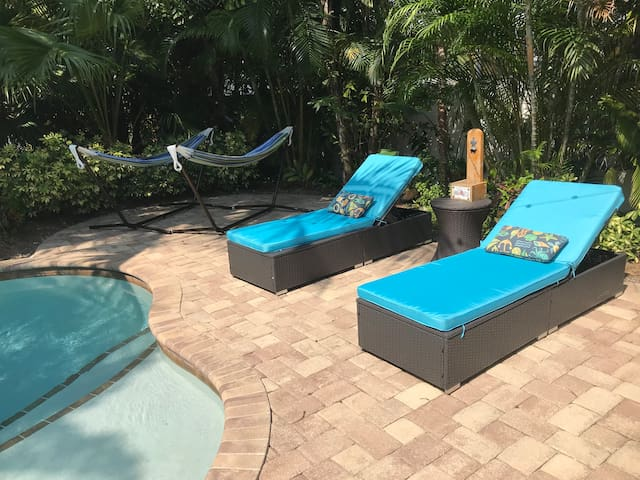 **New pool lounge chairs 3/9**