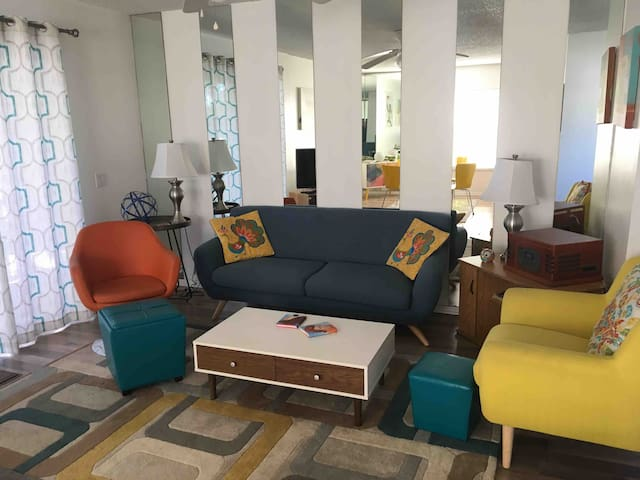 Retro Condo with all the Vacation Amenities