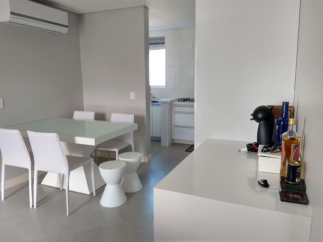 Outra imagem da cozinha e espaço de refeição, que contém ar condicionado.