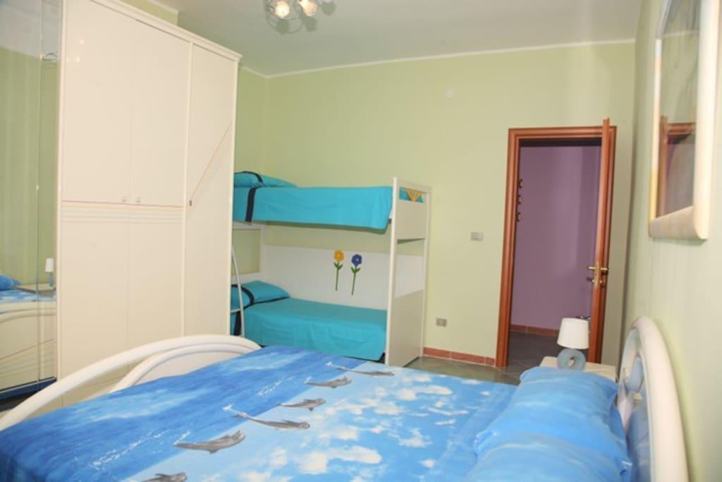 visuale camera da letto n°1 con letto matrimoniale e letto a castello x tot.4 letti