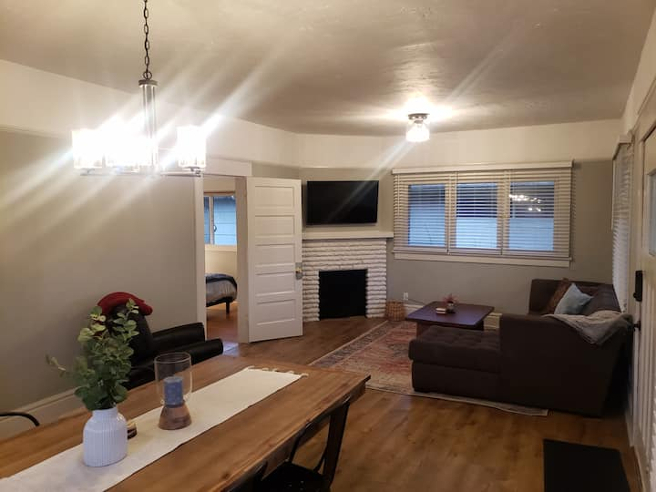 Columbia Cottage, steps from Hayward Field & UofO