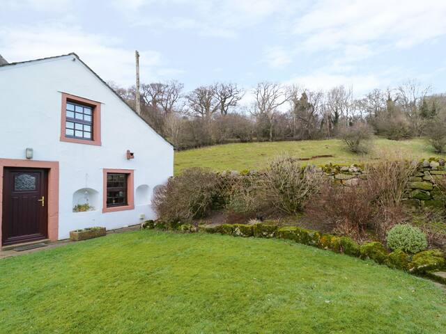 GARDENERS COTTAGE, pet friendly in Caldbeck, Ref 972334