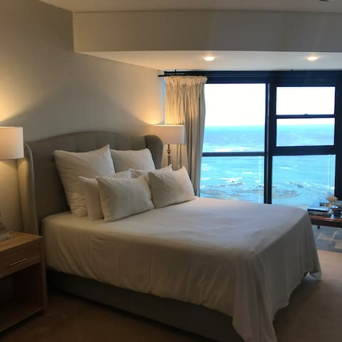 Large main bedroom, overlooking the sea, with direct balcony access.