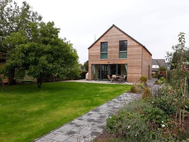 Modernes Holzhaus mit großer Terrasse & Garten