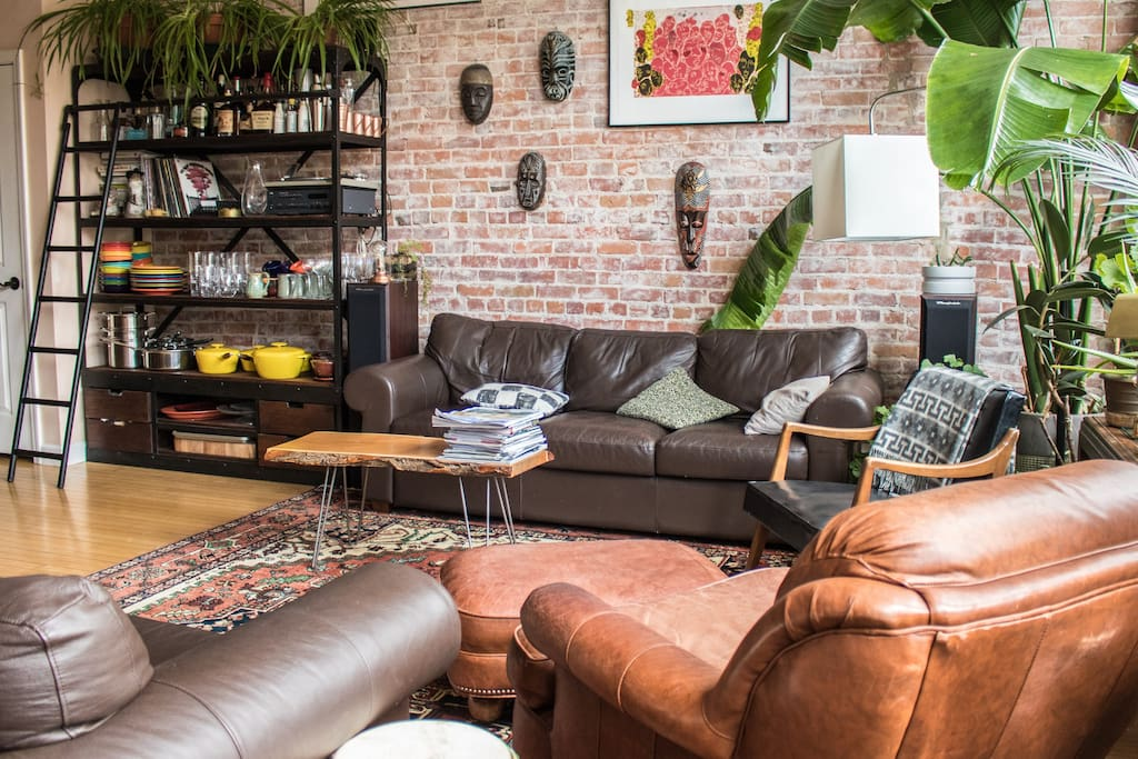 """""""Jen and Alex are the best of Airbnb hosts. Their beautiful apartment was right in the center of Main Street, with all the food, drinks and Ann Arbor shopping just steps away. """" --Benjamin *****"""