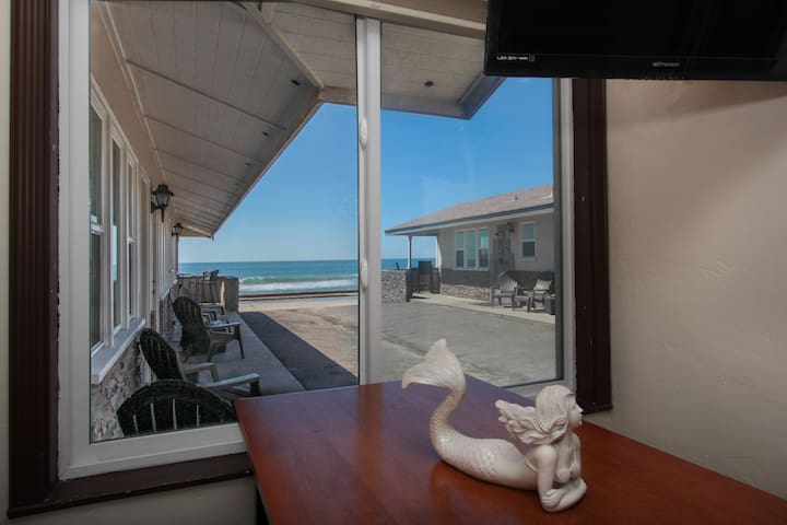 Relaxing Large Studio 5 just steps from the beach!