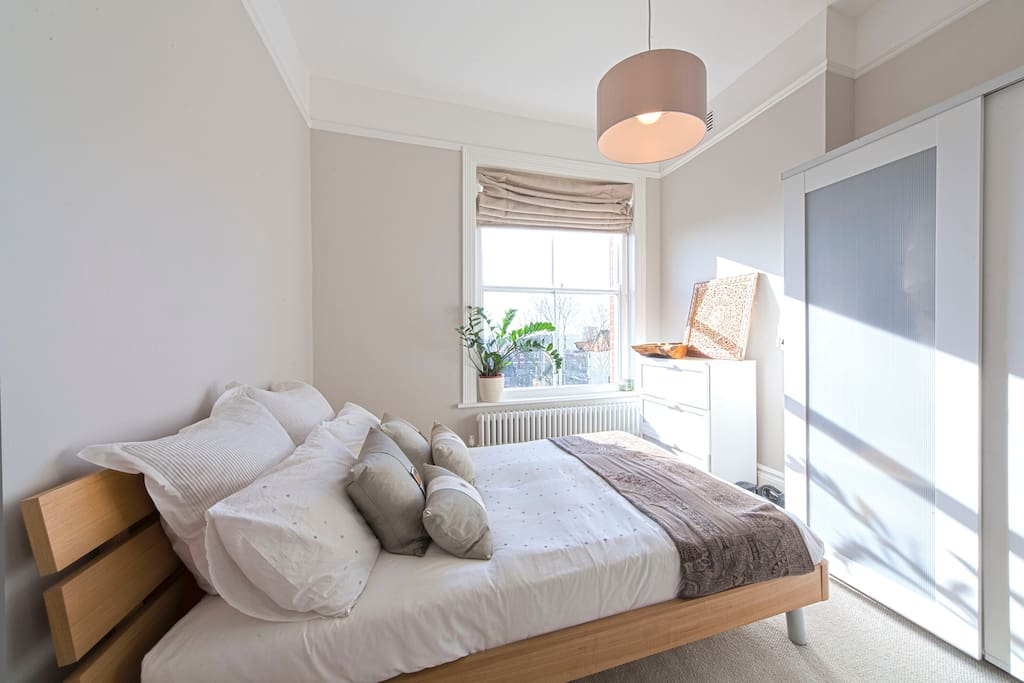 Bright modern double room with a great view of the London skyline. Has a Ensuite /shower too so you have your privacy from the rest of the flat should you next it. Click ahead to see the other rooms you can access the flat.