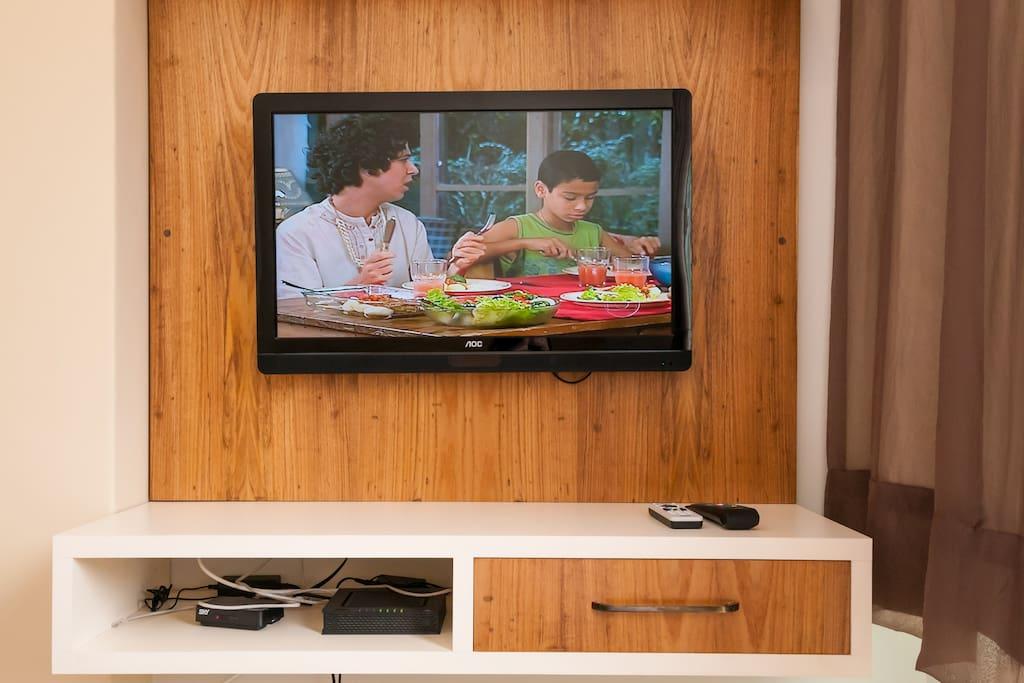 TV LED , 32´ , internet , wifi, tv a cabo. No rack tem uma pequena gaveta.