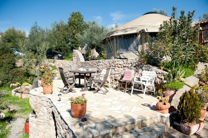 relax in a Yurt with lovely garden - Kalamata - กระโจมทรงกลม