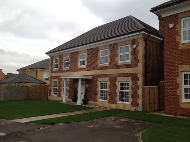 New, Large, Executive Home - Thornaby - Casa
