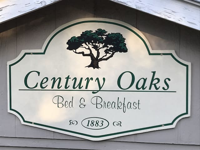 Century Oaks Bed & Breakfast: Built in 1883 in sunny Waco, Texas.