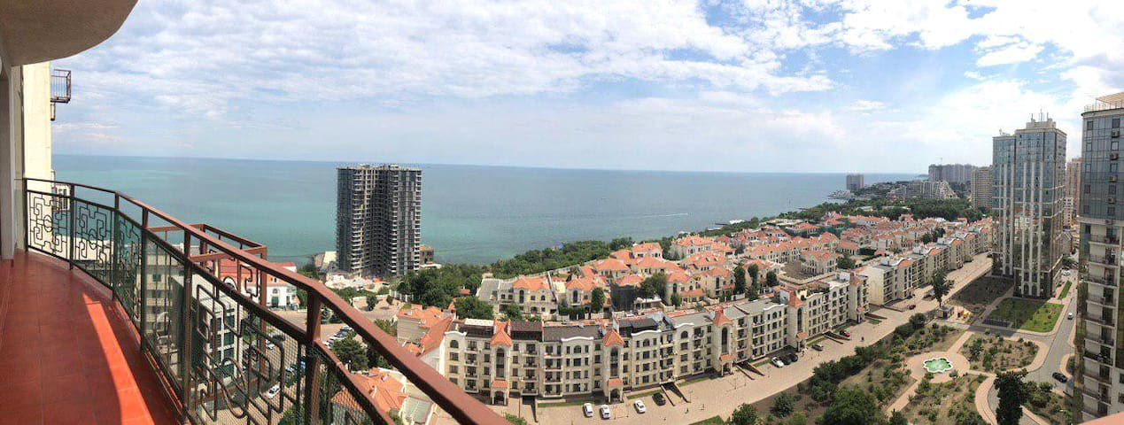 Квартира с панорамным видом на море и балконом