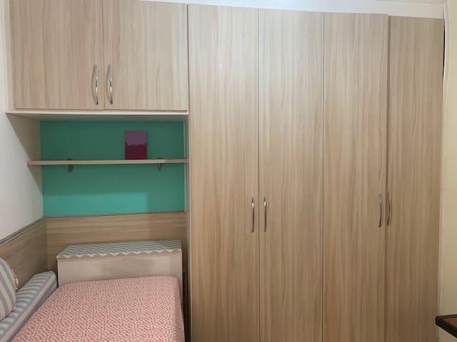 Cama solteiro, armários, baú e gavetas