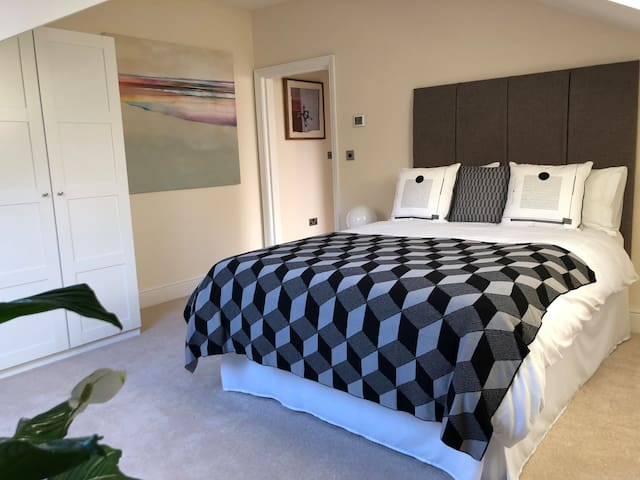 Beautiful, Spacious Ensuite Room Quiet & Secluded