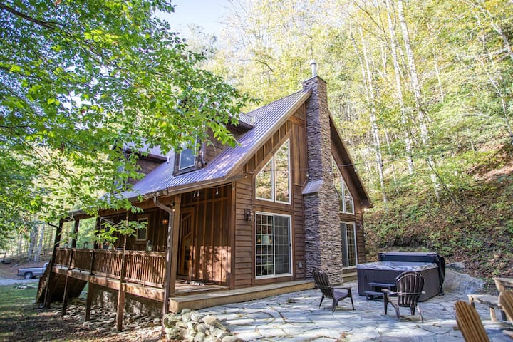 Hot Tub, Firepit, King Suite, Pet Friendly, Fishable Mountain Creek, & Skiing