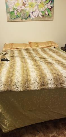 Queen bed & bath
