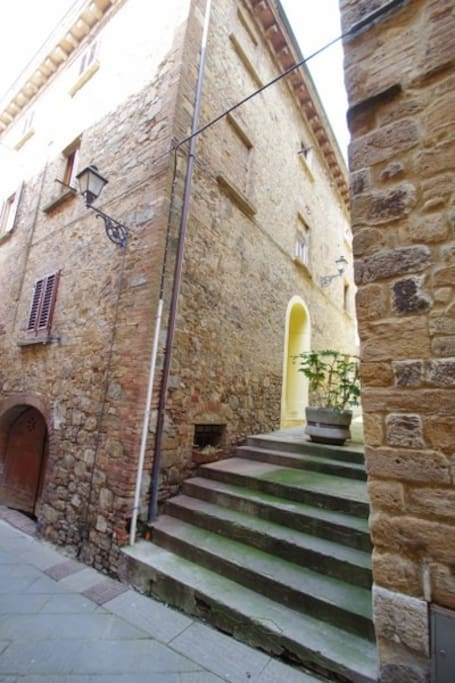 Accesso dalla Via Francigena