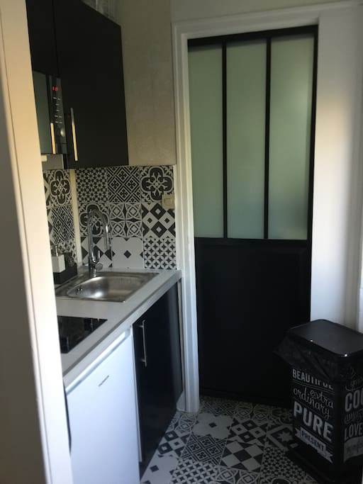 Une porte d atelier au verre sablé pour accéder à la salle bains