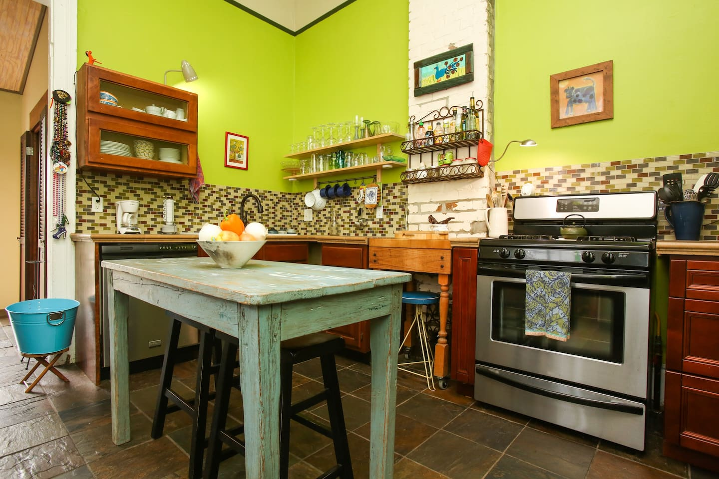 Enjoy a cozy breakfast in the kitchen at the farm table/island.