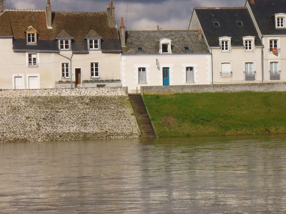 La maison est au bord de l'eau, sur le quai Sud de l'île d'Or.