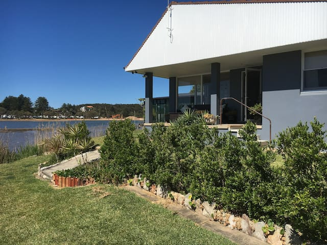 Beautiful location right on Narrabeen Lagoon - Narrabeen - Casa