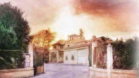 Casa rustica, amplios jardines y piscina.