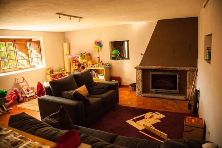 sofás, chimenea y juegos varios en el salón