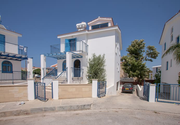 Anatoli | 3BR | HolidayHome | 800m from the Beach