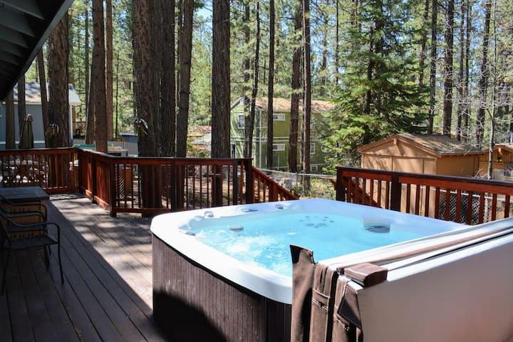 Near forest, lake, golf, zoo. Hot Tub!
