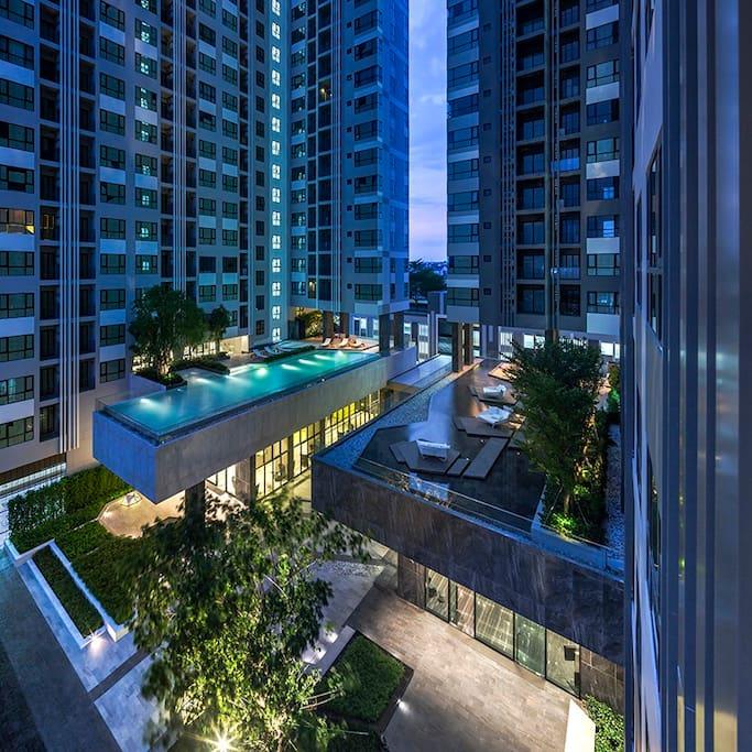 俯瞰三楼泳池