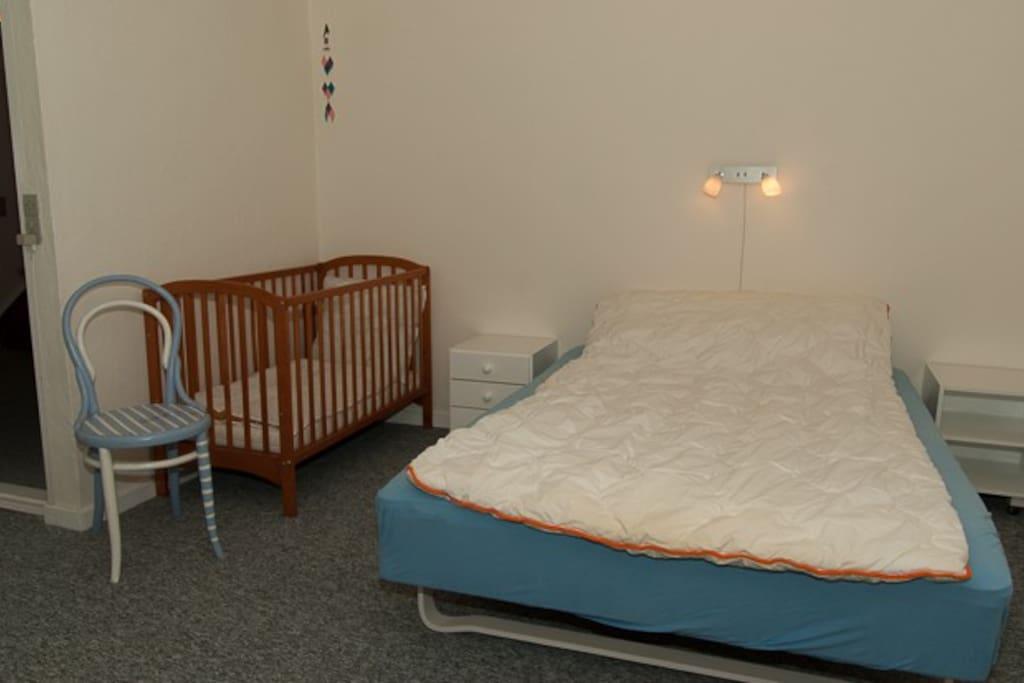 Det andet værelse med dobbeltseng og barneseng
