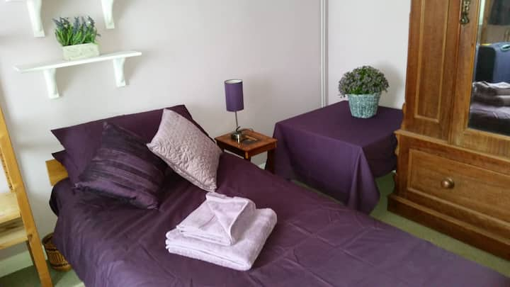 Charming  large room for one guest in Warwick