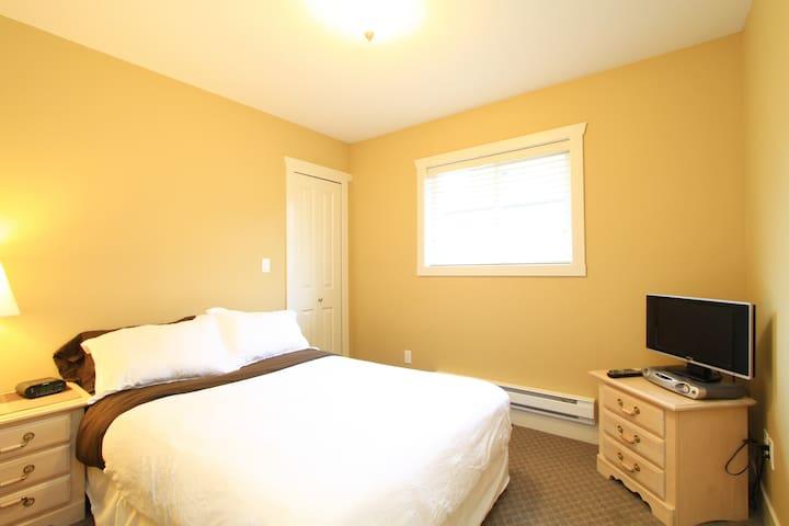 Bright & Clean Clayton Coach Home - Surrey - Apartment