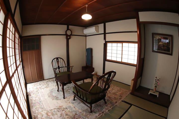 蔵サイトの和室6畳は和布団で3名様宿泊して頂けます。 畳の香りが漂いとても落ち着いた雰囲気です。 そして御手洗いが併用しています。 左の雪見障子を開けると坪庭が見えます。