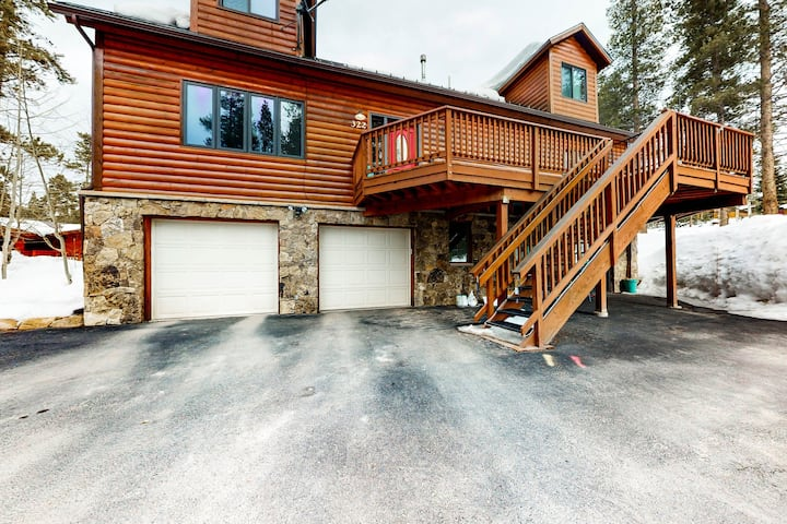 New listing! Beautiful Breckenridge home w/ balcony & gas grill - bus to lifts