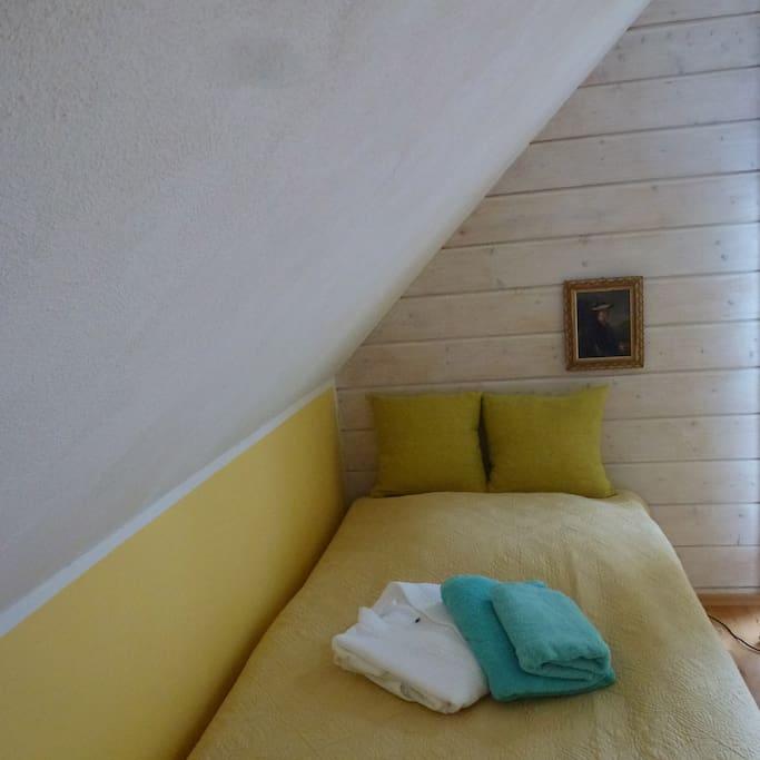 Handtücher und Bademantel liegen bereit