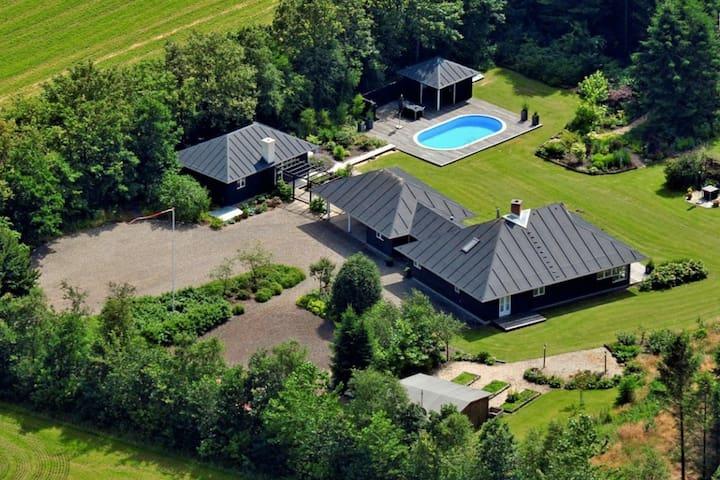 Hus med pool (6 personer)