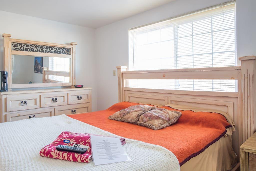 large room w bath in jt village maisons louer. Black Bedroom Furniture Sets. Home Design Ideas