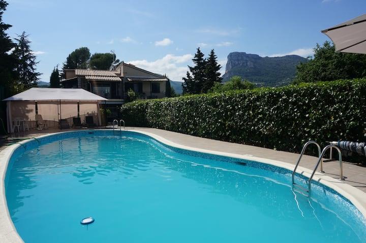 COTE D'AZUR/MOYEN PAYS- Nature, calme et piscine.