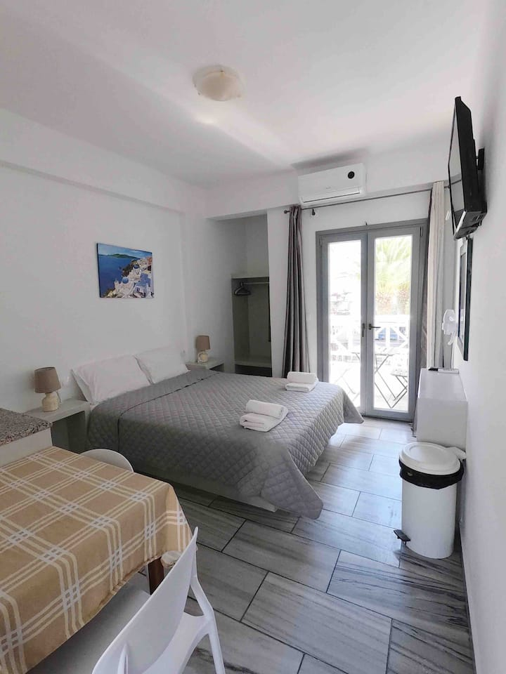 Double bed Studio 30 meters from Perissa Beach