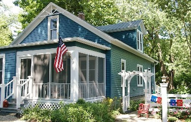 Charming 5 BR Lk Michigan Cottage - Lakeside - Rumah