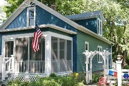 Charming 5 BR Lk Michigan Cottage - Lakeside