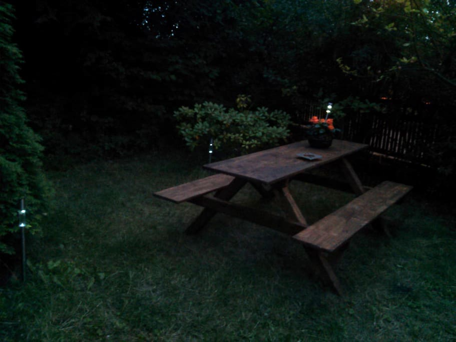 venkovní posezení v zahradě - večer