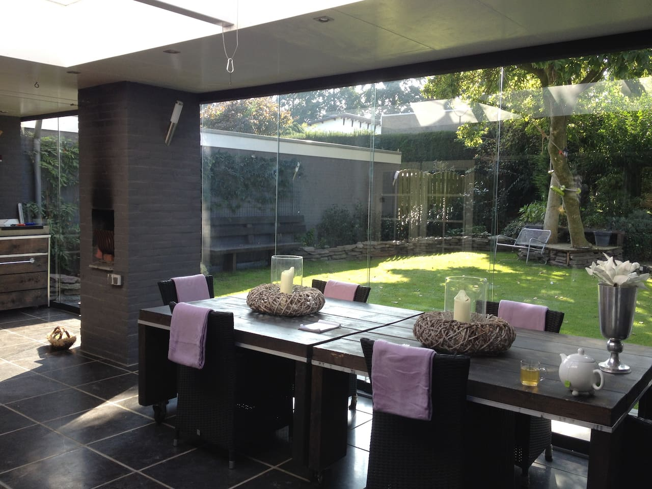 Breakfast room down at the host conservatory with nice view on the garden.