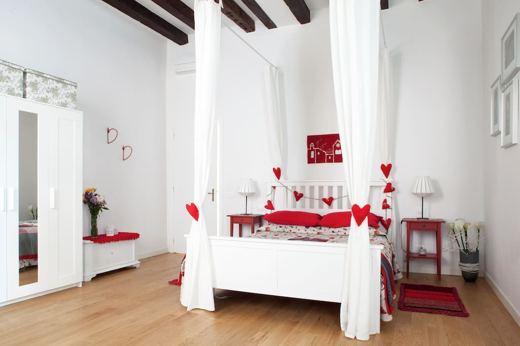 La stanza Zefiro, dal lato  del comodo letto matrimoniale/ The room Zefiro, with its comfortable queen-size bed