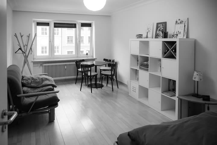 Stadt Apartment mit Fahrrädern und Longboard