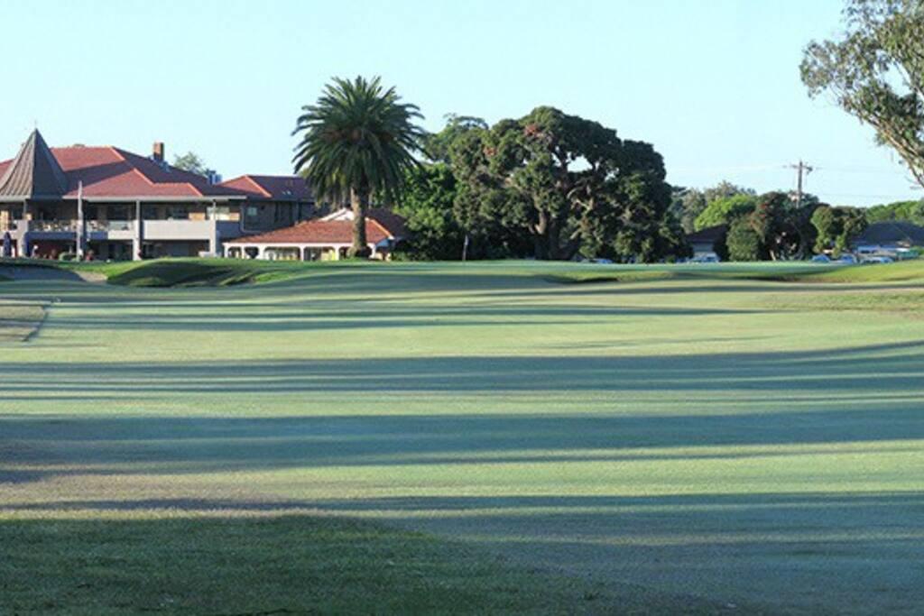 家对面的高尔夫球场