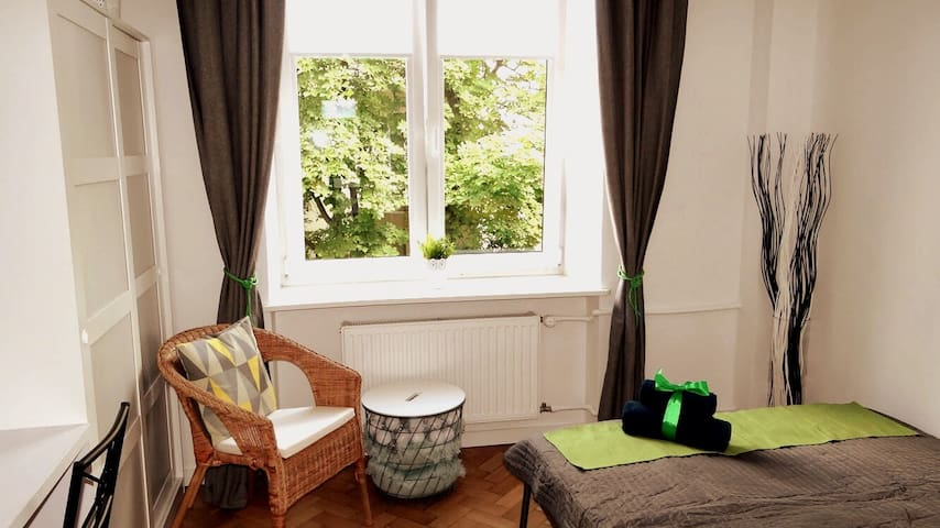A fresh and green studio apartment. Very cozy with high ceilings and big windows in an old renovated tenement building in a governmental district - safe and peaceful! Close to the Warsaw School of Economics and Uni of Technology and Łazienki Park!