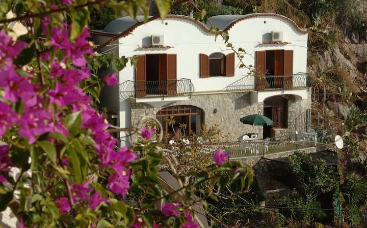Villa sovrastante il mare a Praiano