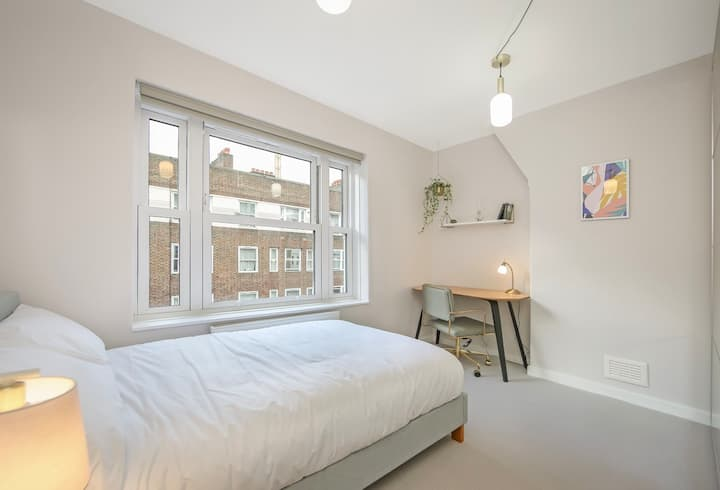 Brand new private room in Aldgate East Station